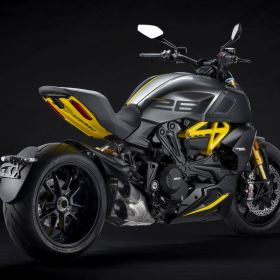 Ducati_Diavel_1260S_Black_and_Steel_2022_04